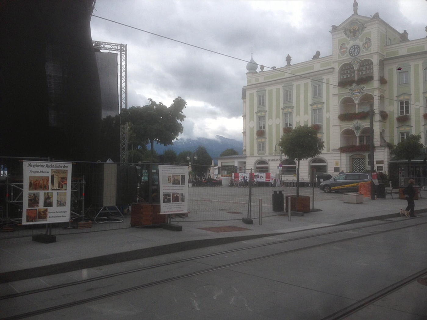 Action in Gmunden town square and in front of two kingdom halls