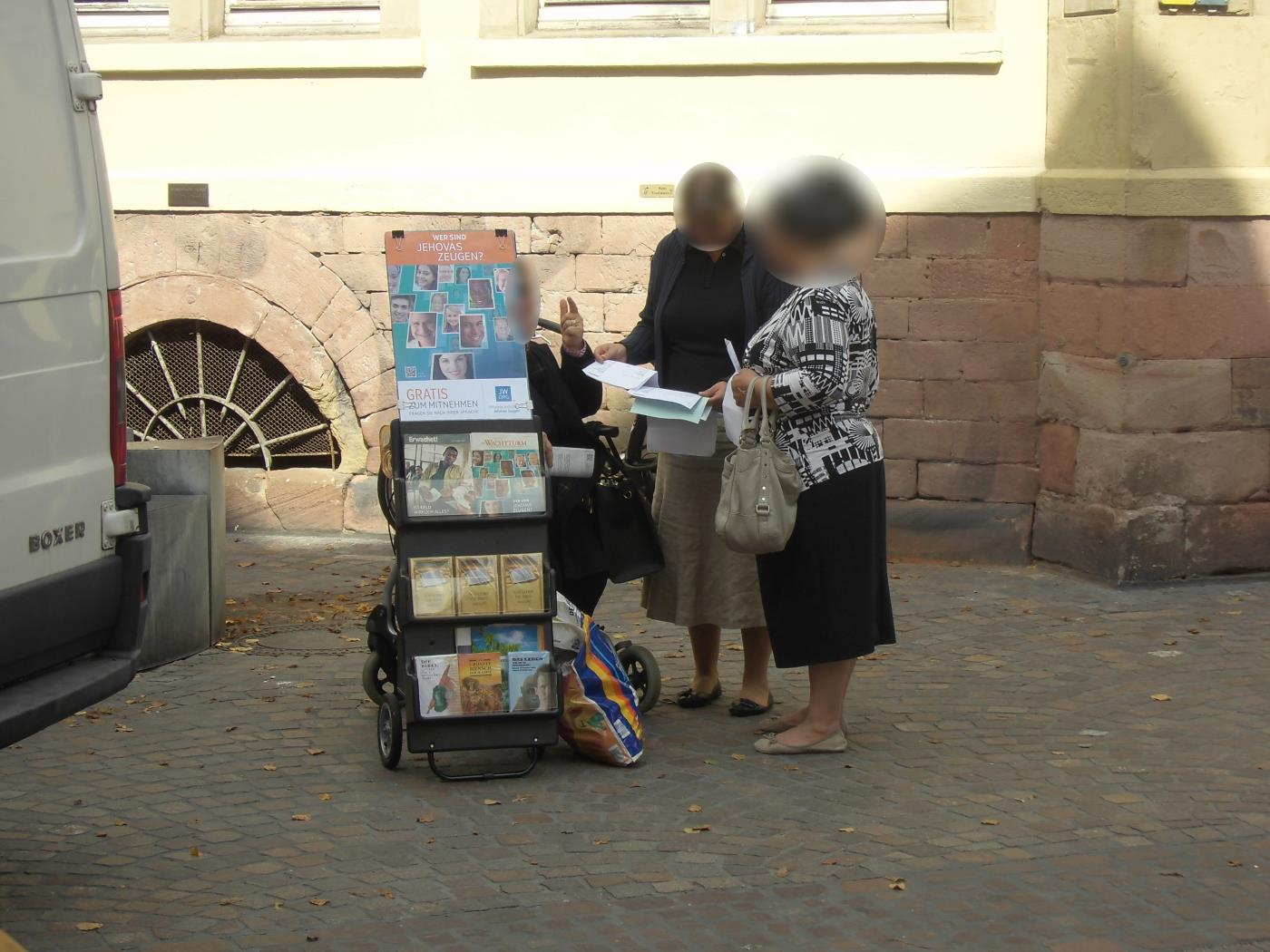 Heidelberg Jehovah's Witnesses disappear like caught thieves - through the back door!